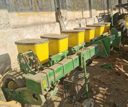 迪尔牌玉米六行精量播种机